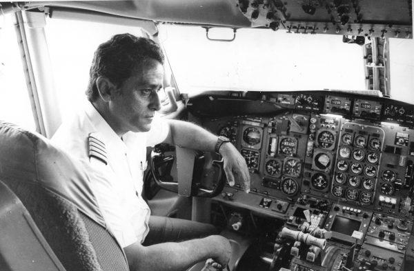 Pilot Gerson Maciel de Brito photo at the Boeing 727 cockpit, the same from the VASP 169 Incident. Photo: Geraldo Guimarães/Estadão